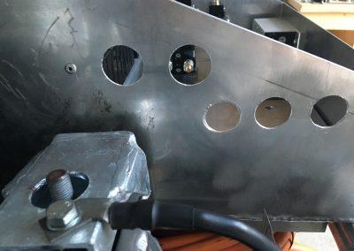 Löcher für die Kabeldurchführungen (Motor und Akkus)