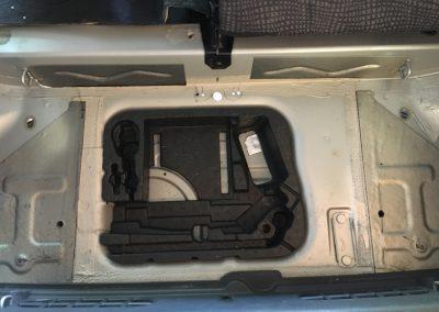 Kofferraum - Löcher für Kabeldurchführungen